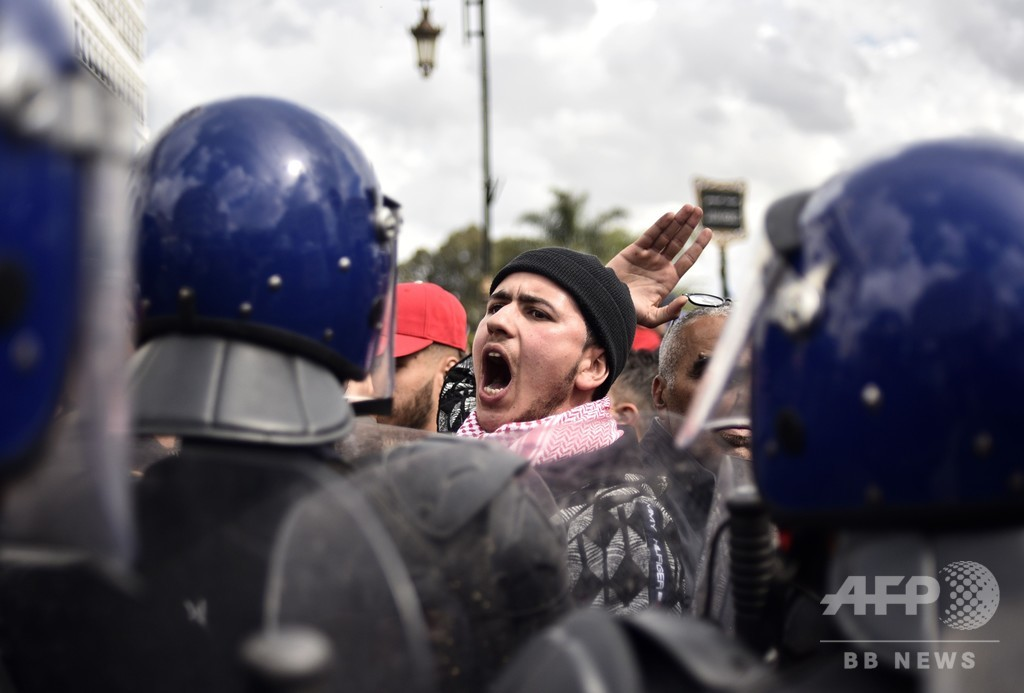 アルジェリア、7月に大統領選 首脳交代もデモ続く