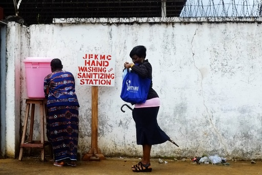 リベリア首都の病院で医療従事者がスト、エボラ感染防護具求める