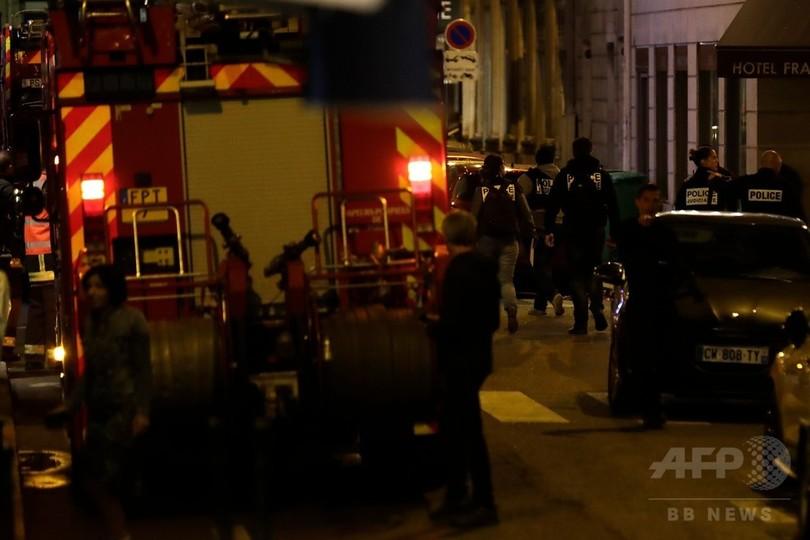 パリ中心部でナイフ襲撃 1人死亡 容疑者射殺