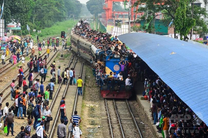 超満員列車で里帰り、ラマダン明けの祭りで バングラデシュ