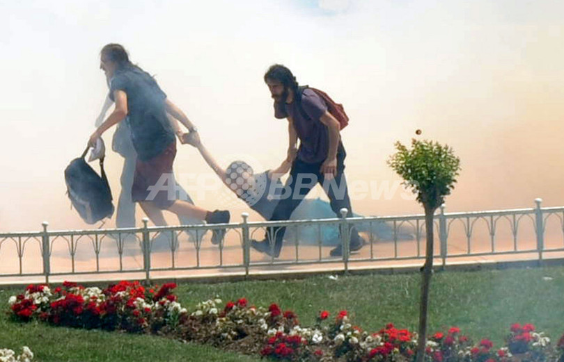 イスタンブールでデモ隊が機動隊と衝突、数十人重軽傷