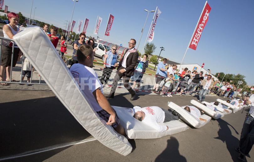 「マットレス・ドミノ倒し」で世界記録、ドイツ