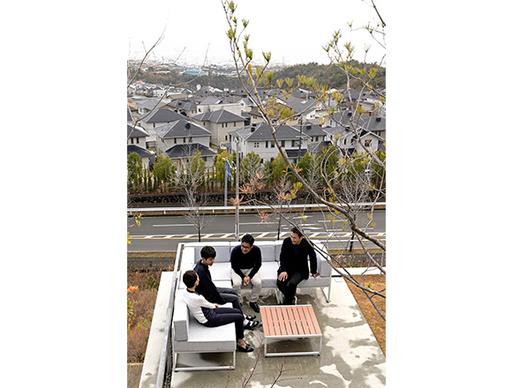 【ENGINE・ハウス】展望リビングから宝塚の町を見渡す 傾斜地に建つアイデア住宅と古いルノー