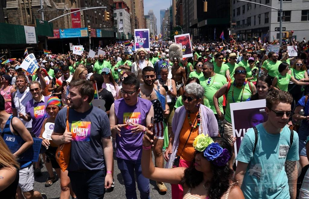 ニューヨークなどで恒例の「ゲイ・プライド」パレード開催