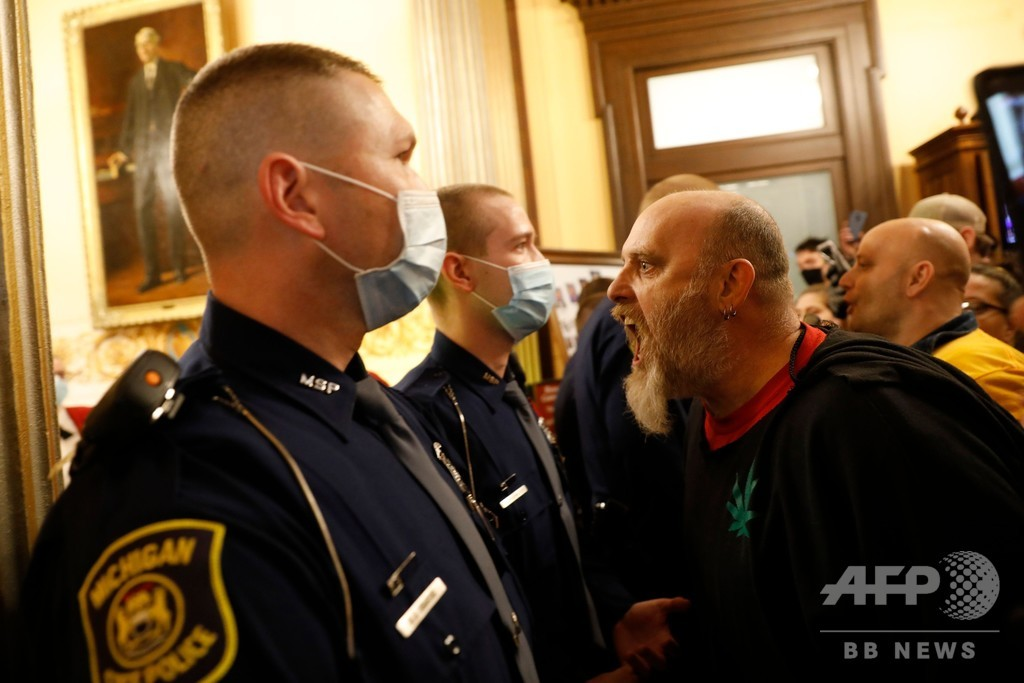 武装デモ隊が議事堂に乱入、ロックダウン解除を要求 米ミシガン州