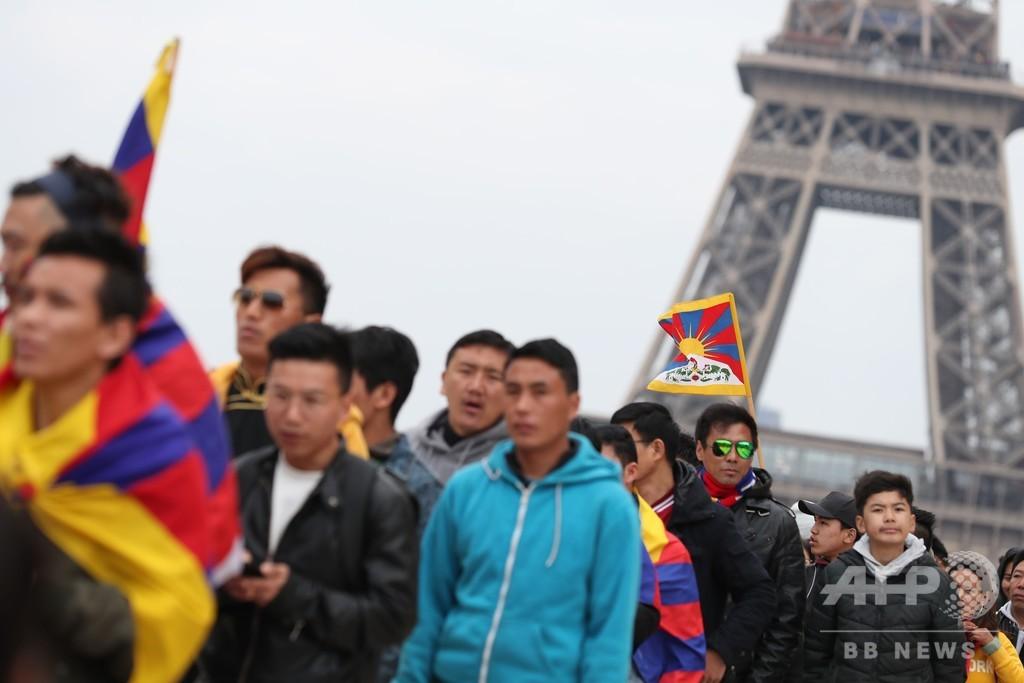 パリで中国主席の訪問に抗議デモ、在仏チベット人やウイグル人ら