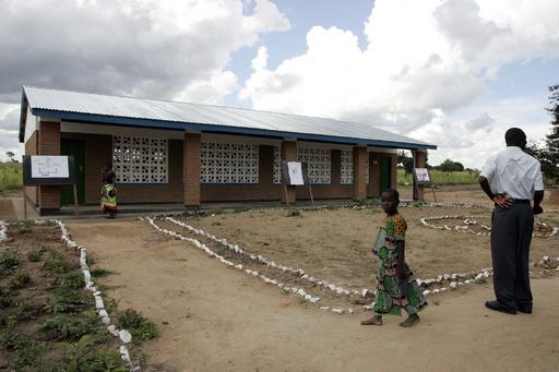 マドンナさん、マラウイに建設した小学校を訪問 子どもたち同行