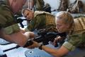 ノルウェー北部セテルモエンにある機甲大隊で基礎訓練に臨む女性新兵(2016年8月11日撮影)。(c)AFP/KYRRE LIEN