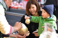 今年は何を祈願する?「青梅だるま市」のにぎわい 東京