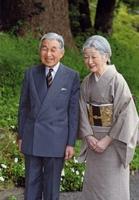 天皇陛下が退院、皇后さまと御所へ