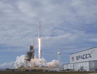 スペースX、韓国の衛星打ち上げ ロケット垂直着陸も成功