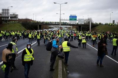 「黄ベスト」デモで減速のトラックに車が激突、1人死亡 ベルギー