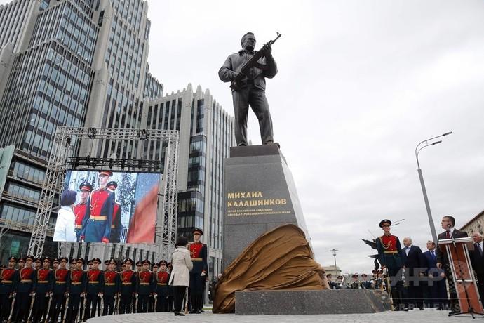 カラシニコフ氏の銅像、モスクワでお披露目 「AK47」を設計