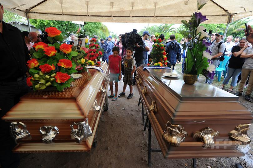 射殺されたミス・ホンジュラス姉妹、家族らが見送り埋葬