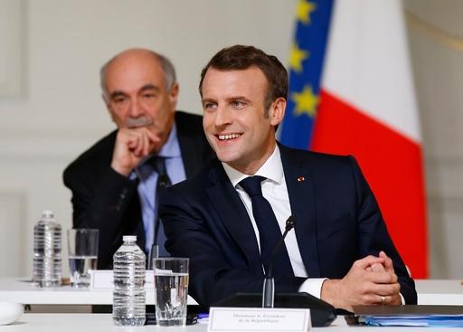 8時間10分も…! マクロン仏大統領、公開討論会で議論