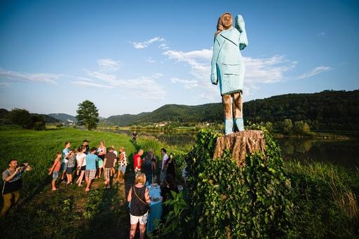 メラニア夫人、故郷スロベニアの町に彫像 「かかし」と酷評も