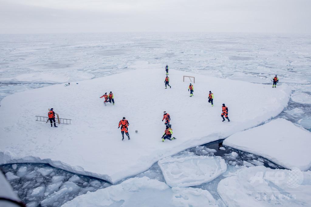 北極圏の氷上でサッカー、グリーンランド