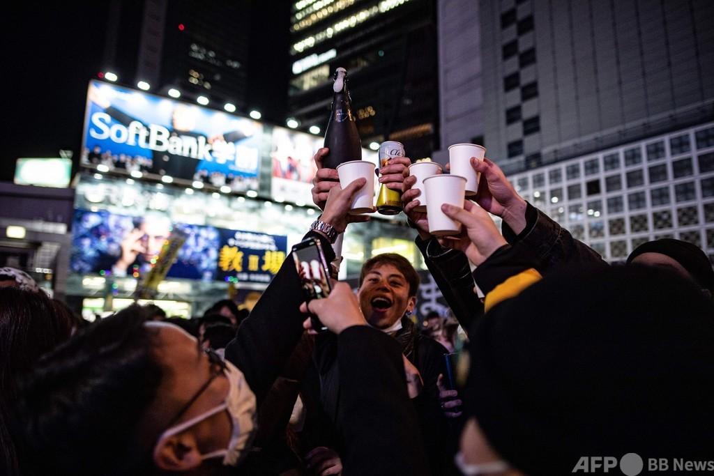 渋谷で新年を祝う人々、大みそかには反マスクデモも