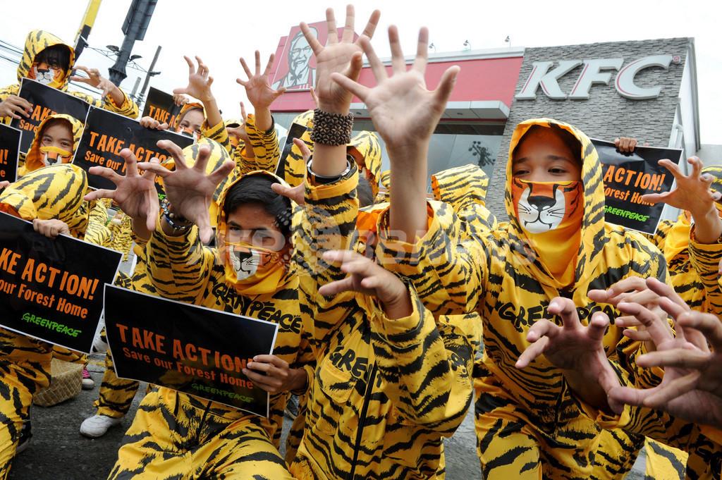 「トラ」の一団がKFCに抗議、フィリピン・マニラ