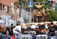豪快に水掛け、江戸三大祭りの一つ 深川八幡祭り