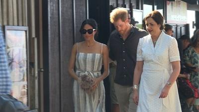動画:英王子、豪フレーザー島を訪問 公務減らしたメーガン妃の姿も