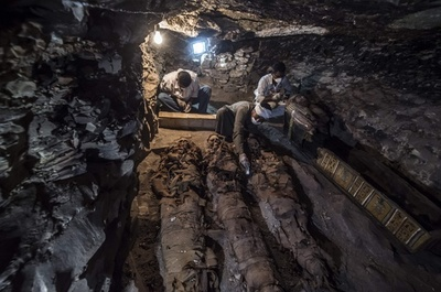 古代エジプトの金細工職人の墓発見、内部にミイラ