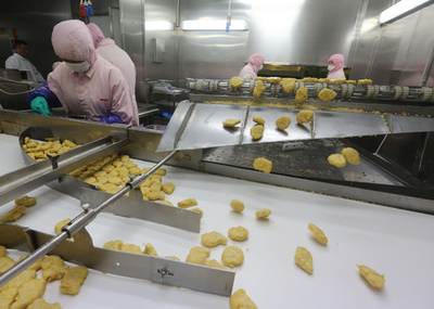 上海食肉工場の期限切れ問題、警察が事情聴取 中国