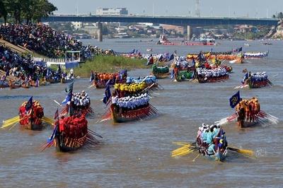 川面埋め尽くすドラゴンボート、カンボジアで「水祭り」