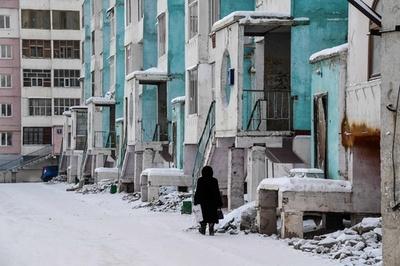 温暖化で溶ける永久凍土 傾く建物、有害物質放出の恐れも シベリア