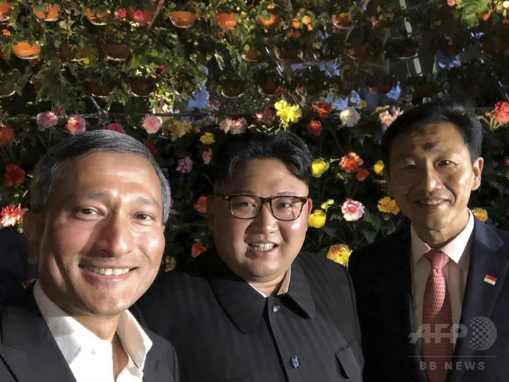 金正恩氏、会談前夜にシンガポール観光 外相と自撮りも