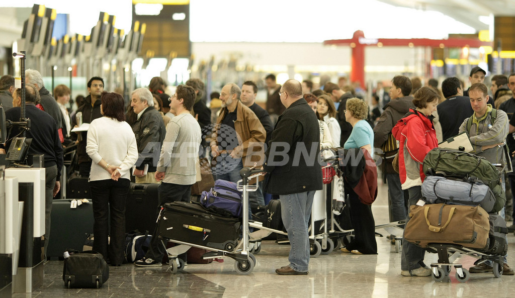 混乱続く英ヒースロー空港、手荷物1万5000個が行方不明