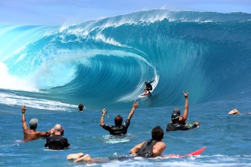 ビッグウエーブをサーフィン、タヒチで『ハートブルー』のリメーク撮影