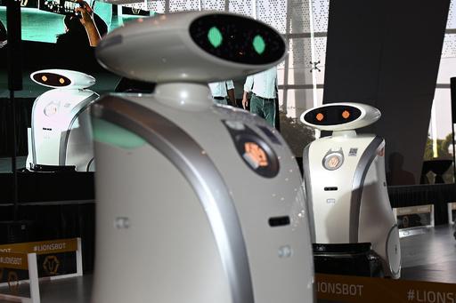 歌ってしゃべれる掃除ロボット、シンガポール各地に300台導入へ