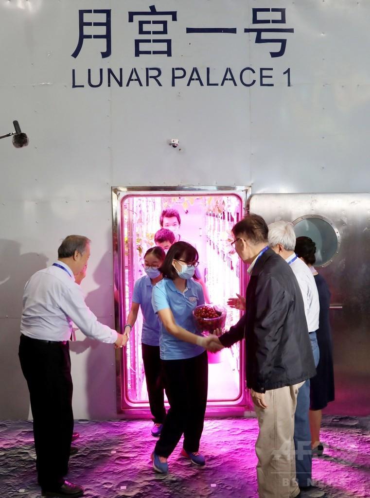 「月面基地」に110日間滞在の学生ら、模擬実験終え姿見せる 中国