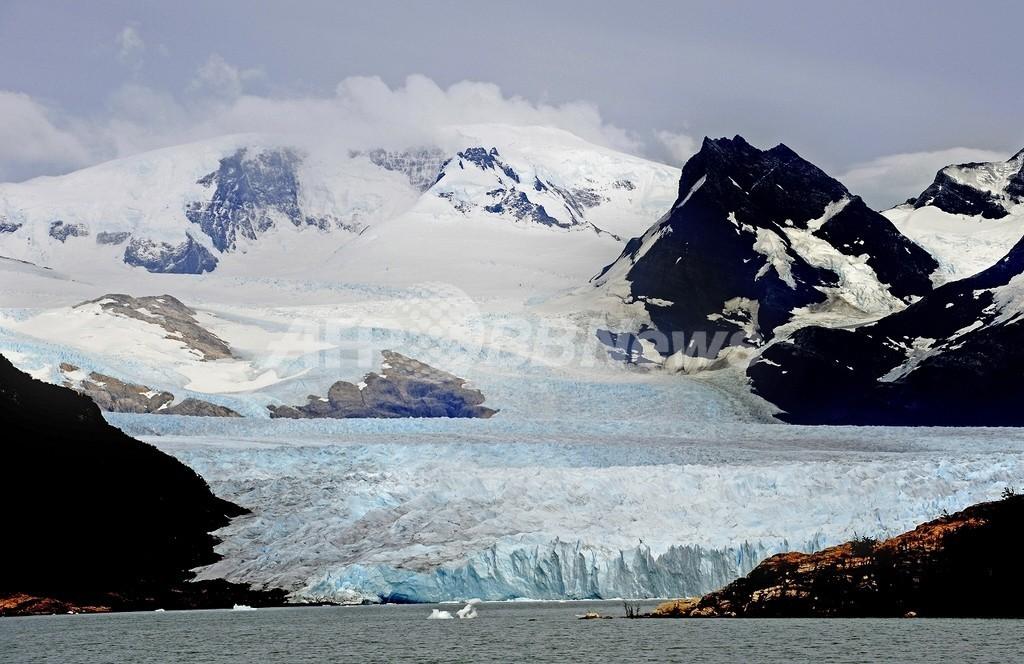 南米の氷河で真冬の大崩落、温暖化の影響か