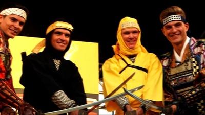 動画:ツール・ド・フランス王者フルーム、忍者姿でチャンバラ 埼玉