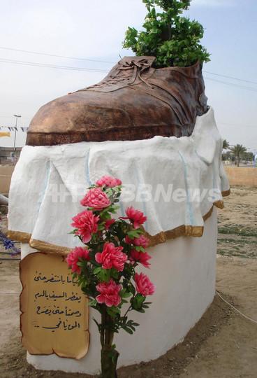 イラクの靴投げ記者を記念、「巨大靴」のブロンズ像