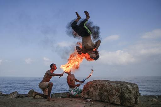 【今日の1枚】まるで格闘ゲームのワンシーン、パレスチナの火吹き芸