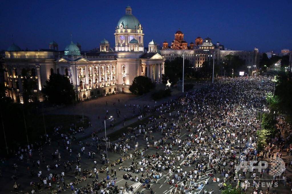 セルビア、外出制限の再導入撤回も抗議デモ3日目突入