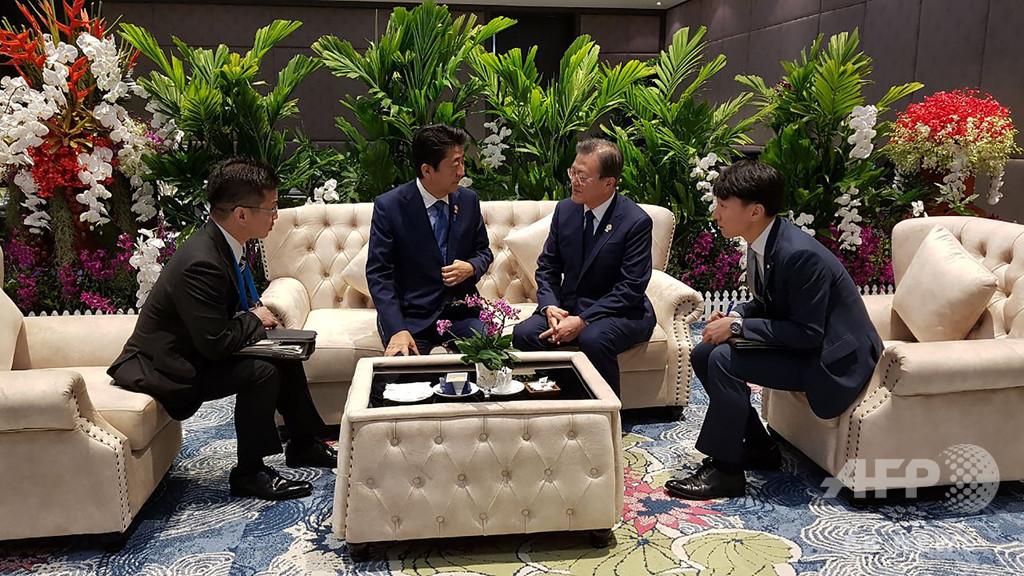 安倍首相と文大統領が11分間会談 「非常に友好的」