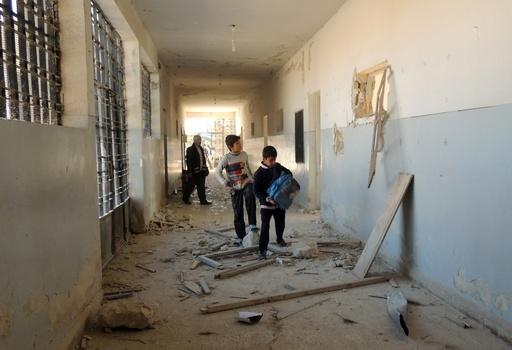 シリア政府軍が住宅地や学校を空爆、子ども含む56人死亡