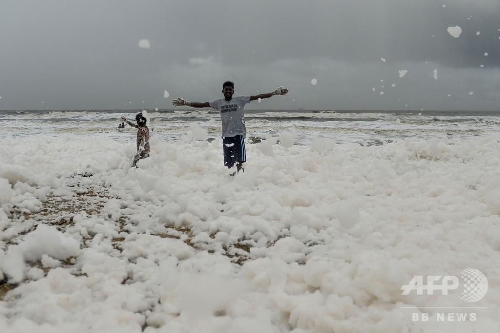 インド有数のビーチに大量の泡広がる、専門家らは汚染物質と指摘