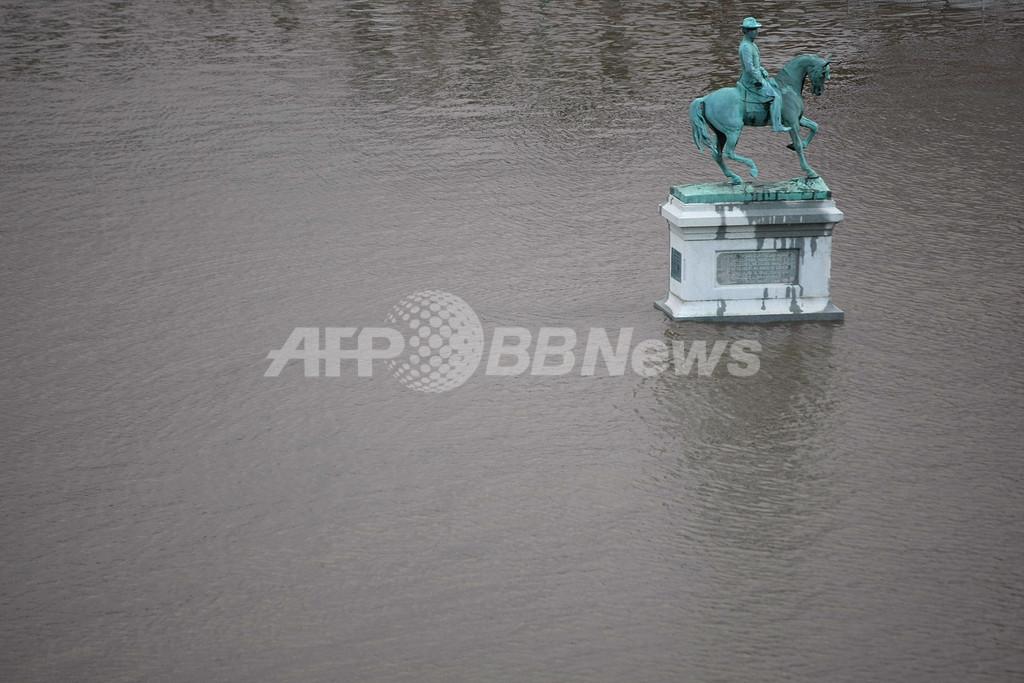 ミシシッピ川の水位上昇に備える住民、米中西部
