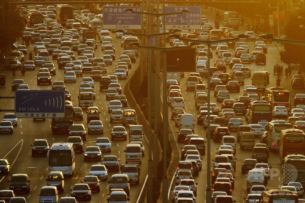 渋滞にうんざり…路面標示に独断で矢印足した男に罰金 中国
