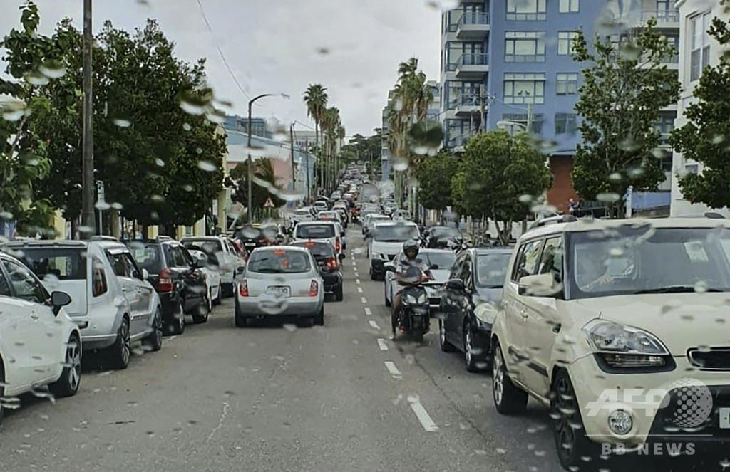 ハリケーン「ウンベルト」通過後も2万8000戸で停電、英領バミューダ