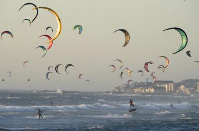 海と空を自由自在に、南アでカイトサーフィン大会