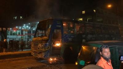 動画:バス事故で女性2人死亡、抗議で市民がバスに放火 バングラデシュ