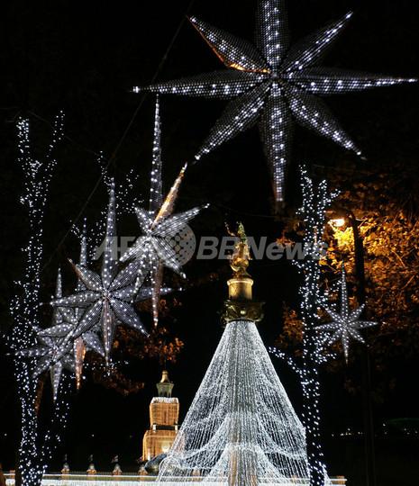 聖人を頂き輝くクリスマスツリー、グルジア