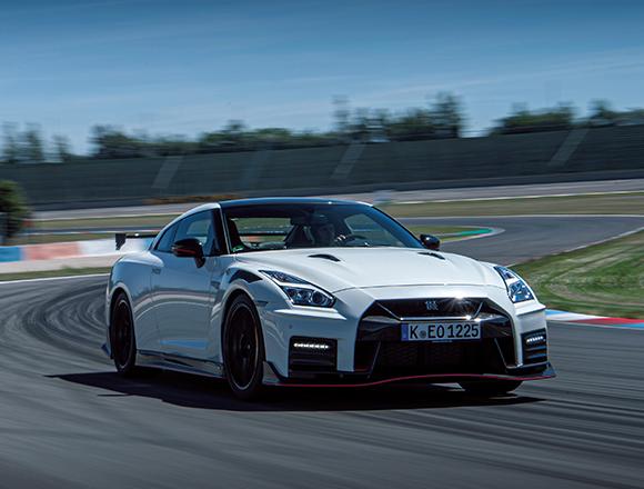 日産GT-Rニスモの2020年モデルにドイツのアウトバーンとサーキットで乗る。