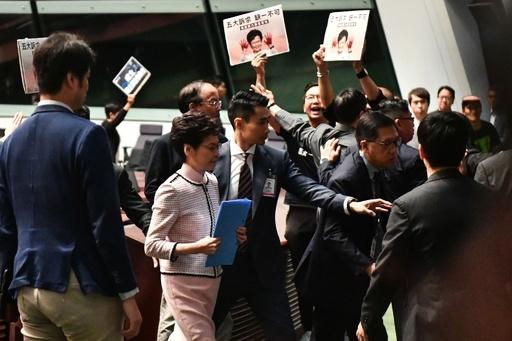 香港行政長官、施政方針演説を断念 民主派議員の妨害受け